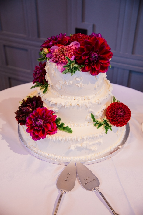 wedding cake burgundy flowers
